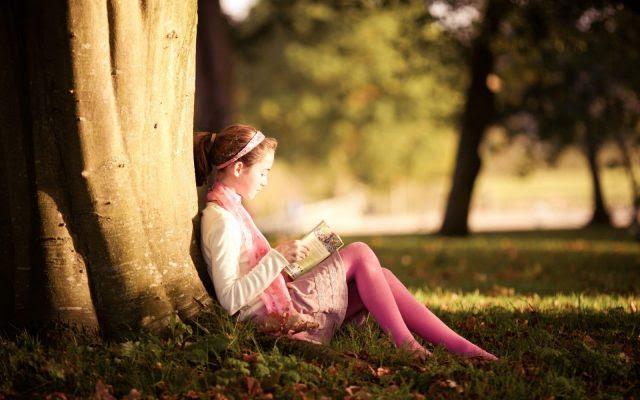 nina-leyendo-un-libro-1920x1200_2364