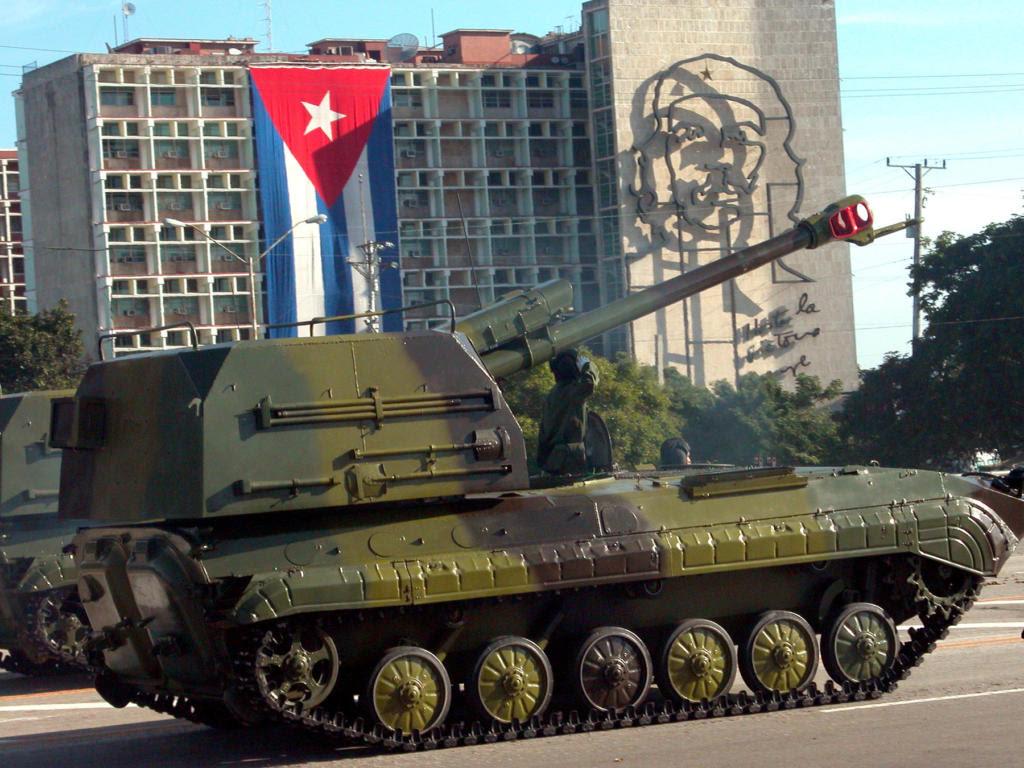 Desfile militar por el 50 Aniversario del desembarco del yate Granma y día de la FAR. Foto: José Raúl Rodríguez Robleda