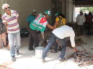 Agricultores ocupam a Codevasf em Petrolina e preparam almoço (Foto: Amanda Franco/G1)