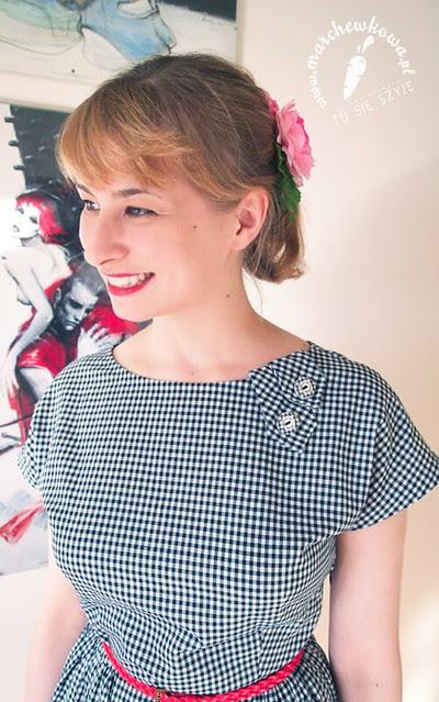 marchewkowa, blog, szycie, krawiectwo, wykroje, sukienka w kratkę vichy, Burda, kimonowe rękawy, sandały, CCC, gumiaki, torebka ze słomy, pasek H&M, kwiaty IKEA