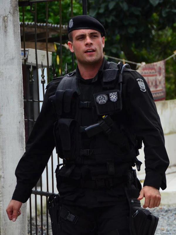 Resultado de imagem para policial homem tumblr