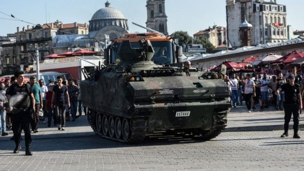 A Turkish army armoured vehicle in Istanbul (16 July 2016)