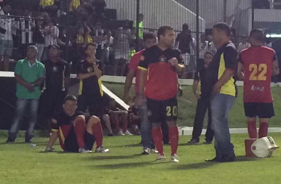 Leomir desabou em campo após empate contra o ABC e desabafou sobre a dor do vice-campeonato (Foto: Luiz Henrique/GloboEsporte.com)