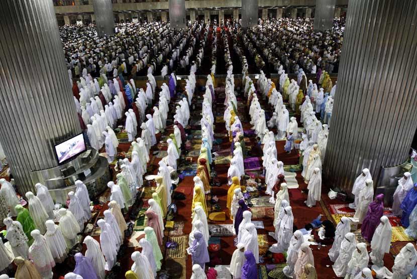 http://static.republika.co.id/uploads/images/inpicture_slide/ribuan-umat-muslim-menjalankan-ibadah-shalat-tarawih-pertama-_120720233253-377.jpg
