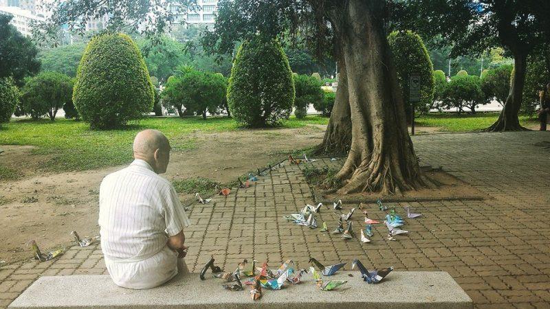 anziano che fa gli origami