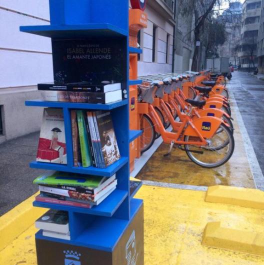Estantes de la Biblioteca Libre en Bikesantiago, Bellas Artes. © Municipalidad de Santiago, vía Twitter.