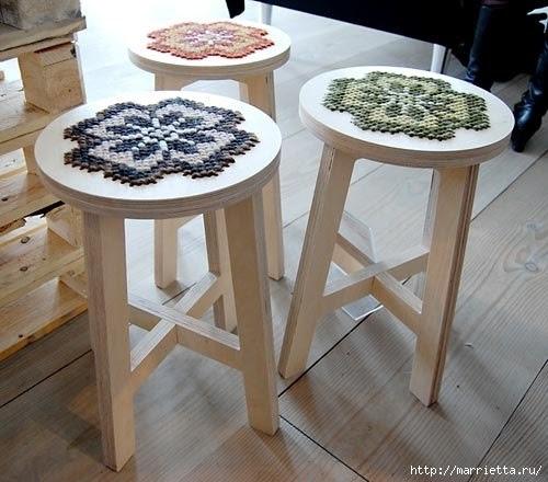 Симпатичная идея с вышивкой на деревянных табуретках )
