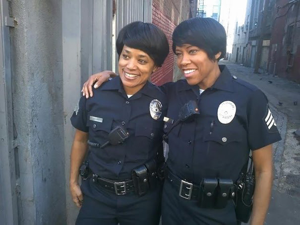 Regina King With Her Stunt Double On The Set Of Southland