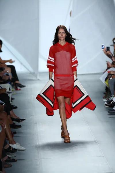 Modelo entra a la pista a lacoste durante la semana de la moda mercedes-benz — Foto de Stock #52986689