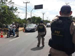 Fiscalização tem como objetivo principal coibir os comportamentos de risco durante a viagem (Foto: Divulgação/Polícia Rodoviária Federal do RN)