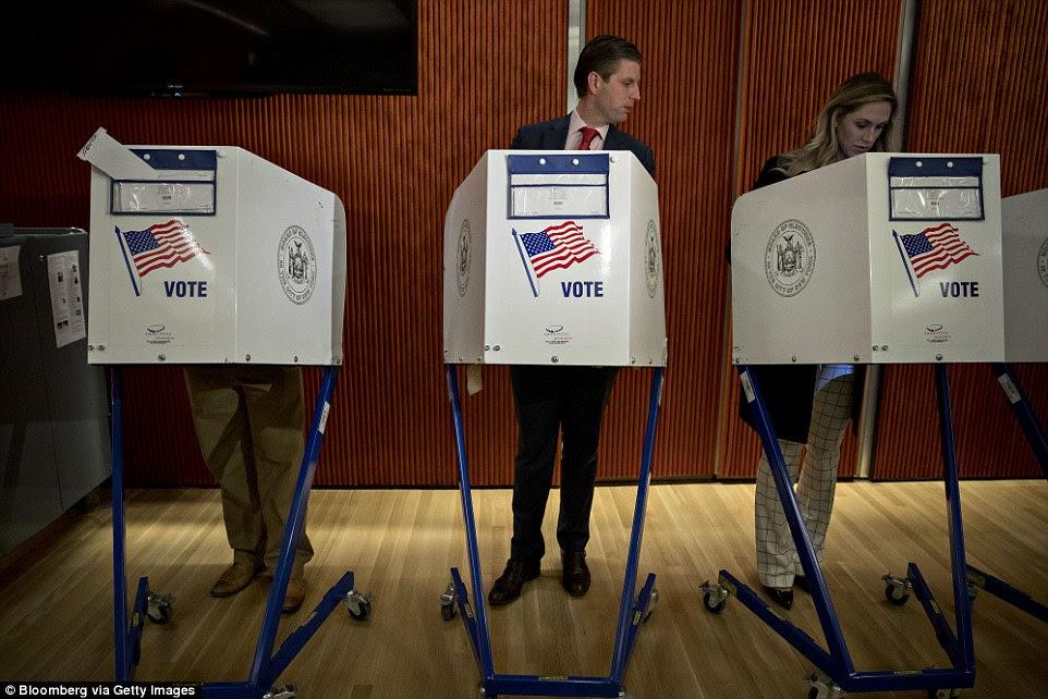 Eric Trump, filho de do candidato presidencial republicano Donald Trump, olha para cabine de votação de sua esposa Lara Yunaska em Nova York