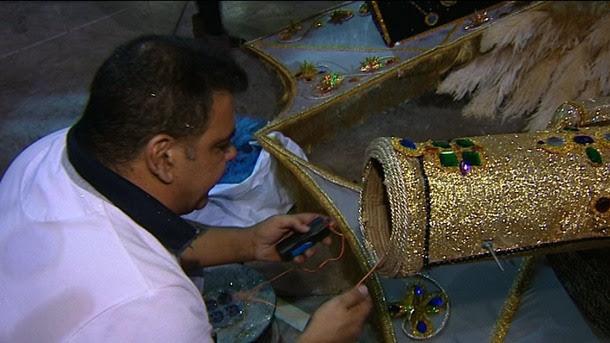 Willy Jorge coloca uno de los artefactos pirotécnicos en la fantasía. / DA