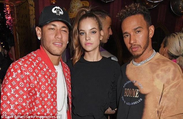 Mingling: O casal também apareceu com o modelo Victoria's Secret Barbara Palvin
