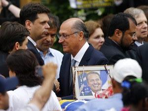 O governador de São Paulo, Geraldo Alckmin (PSDB), no velório de Eduardo Campos (Foto: Ricardo Moraes/Reuters)