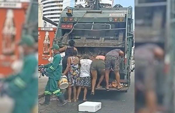 Moradores coletam comida em caminhão de lixo em Fortaleza