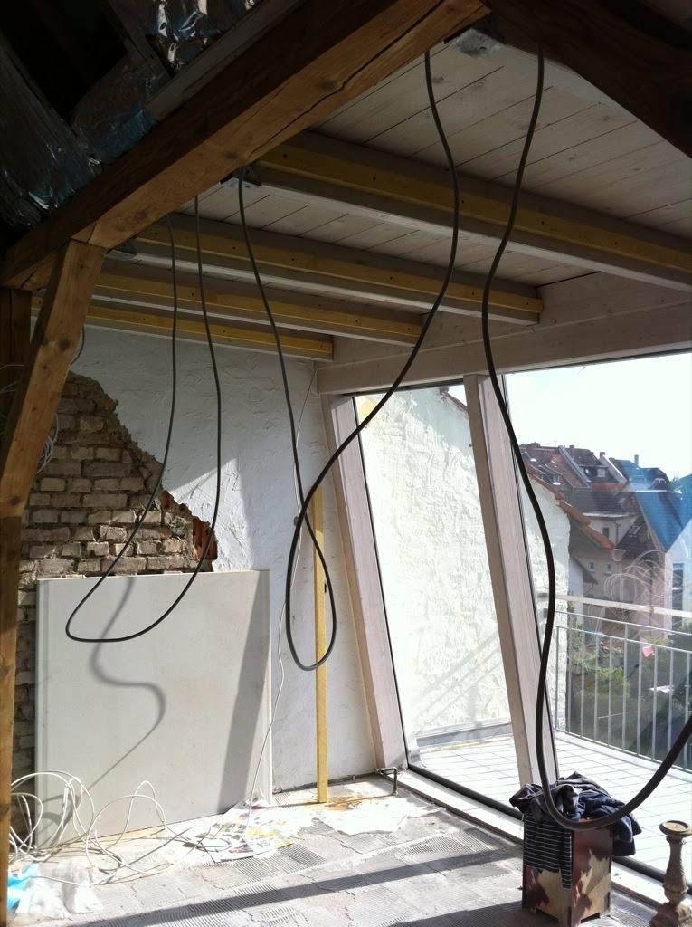 Latten und Kabel an der Decke!