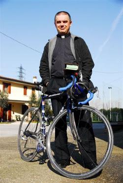 Unimmagine di don Romano con la sua bicicletta