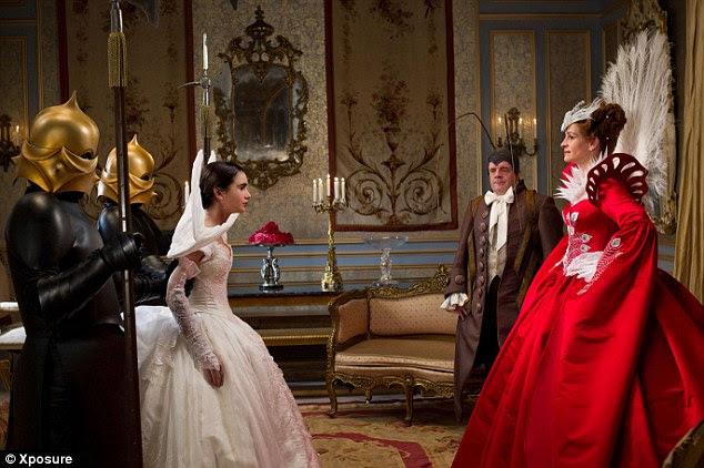 Meet and greet: Branca de Neve, completa com suas asas brancas de cisne, é introduzido para a rainha do mal impressionado por uma cena no filme