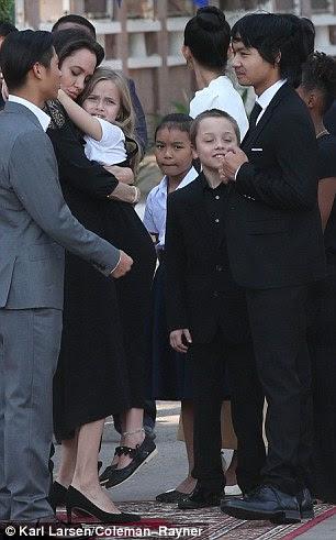 """Focada: Jolie, com Vivienne e Knox, oito, Maddox e Pax no domingo, disse: """"Estou lidando com encontrar um caminho para garantir que isso de alguma forma nos torna mais fortes e mais próximos"""