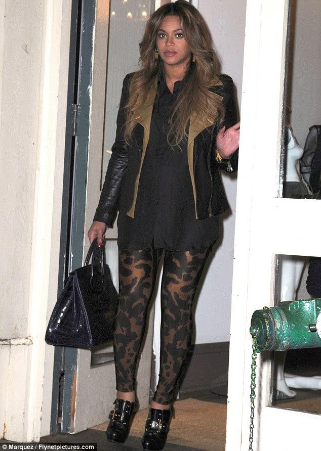 Ser mãe?  Beyoncé Knowles, visto de compras em Nova York no início deste mês, já teria dado à luz uma menina chamada Tiana de Maio de Carter