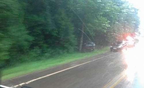 Catanduvas - Veículo sai da pista e bate em árvore na PR-471