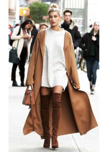 Combina un blusón de lana con un abrigo color camello y botas over the knee del mismo color.