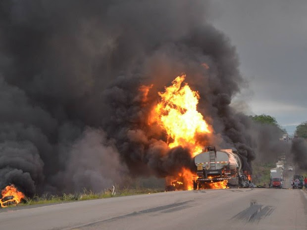 Com a explosão, o trânsito na BR-153 ficou congestionado (Foto: Elvecino Benício/Arquivo Pessoal)