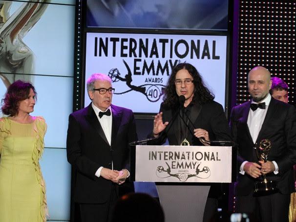 Rosamaria Murtinho, Alcides Nogueira, Gerlado Carneiro e Mauro Mendonça Filho recebem o prêmio de O Astro (Foto: Luiz Ribeiro/ TV Globo)