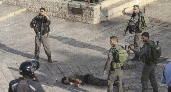 Policías israelíes ante el cuerpo de un atacante abatido en la Puerta de Damasco de Jerusalén