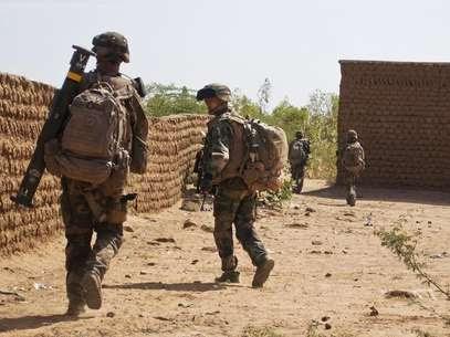 Soldados franceses patrulham uma área onde um homem-bomba se explodiu em Gao, no norte do Mali, neste domingo. 10/02/2013 Foto: François Rihouay / Reuters