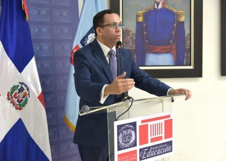 imagen Ministro Andrés Navarro de pie en podium dirige discurso