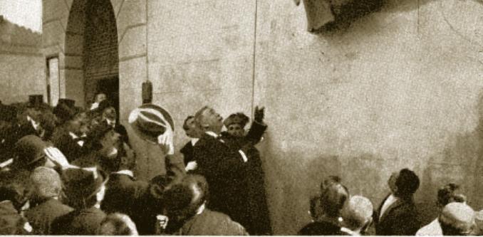 Descubrimiento de la placa en honor a Francisco Rojas Zorrilla el 4 de octubre de 1907 en la Iglesia de El Salvador. Foto Blanco y Negro (13-10-1907)