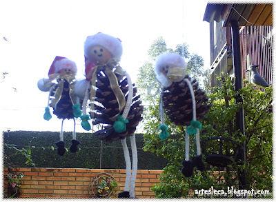 Bonequinhos de Pinha pendurados para o Natal