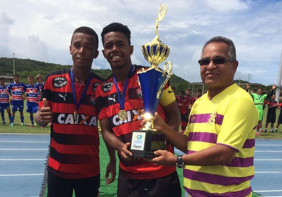 Taça de campeão da Supercopa Natal Sub-17 é entregue ao Vitória pelo ex-jogador Agamenon (Foto: Diego Simonetti)