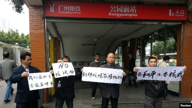 示威者在广州地铁口持标语抗议朝鲜最近的核试验