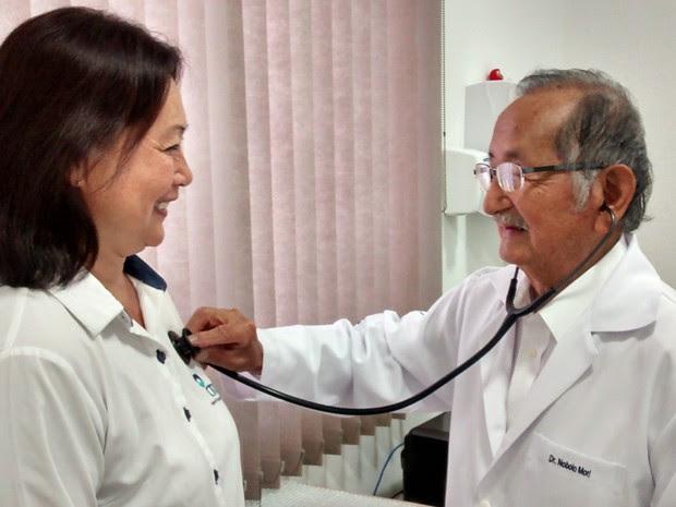 Aos 92 anos, médico Nobolo Mori, de Mogi das Cruzes, continua atendendo. (Foto: Jamile Santana/G1)