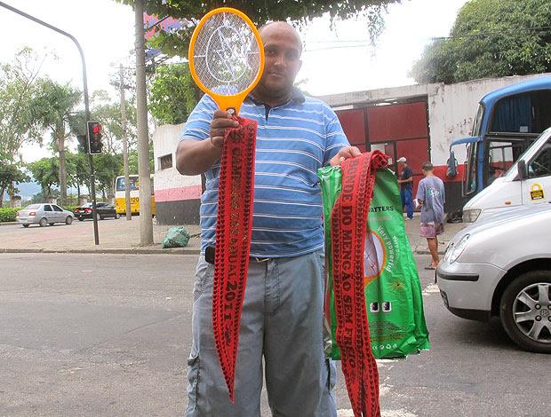 Juarez Jesus vende faixa do Flamengo campeão (Foto: Janir Junior / GLOBOESPORTE.COM)