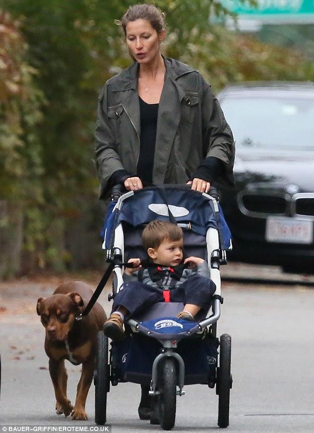 Sonbahar için giyinmiş: onun arabası onun çocuğu itti Bundchen büyük yeşil ceket giydi