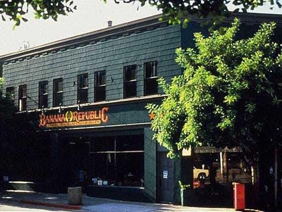 Banana Republic fue fundada por marido y mujer equipo Mel y Patricia Ziegler en 1978, que comenzó por la re-propositivo y venta de ropa de excedentes militares de época y ropa de safari. El minorista de ropa más tarde gastó a sus propias líneas originales y fue adquirida por Gap en 1983. Esta es la primera Banana Republic en Mill Valley, California.