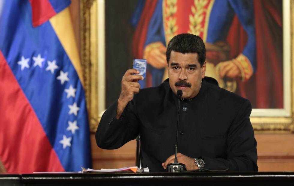 Maduro sostiene un ejemplar de la Constitución durante un discurso.