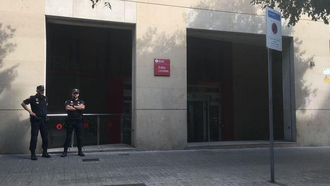 Macrooperació policial al'Oficina de Cooperació al Desenvolupament, al carrer Londres de Barcelona