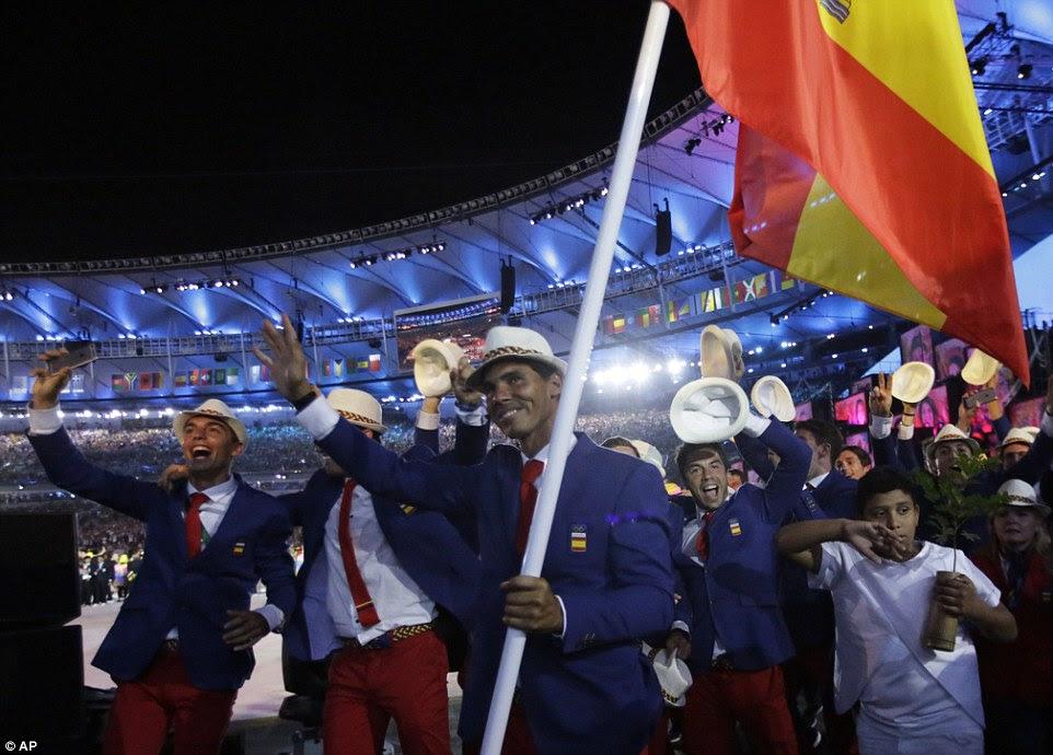 A equipe espanhola apareceu em alto astral como eles marcado para o estádio, muitos levantando o chapéu para a multidão