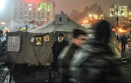 Protestors can take refuge and pray for peace in one of two tent-chapels on Maidan Square in Kiev. Credit: Jakub Szymczuk/GOSC NIEDZIELNY/Courtesy Aid to the Church in Need.