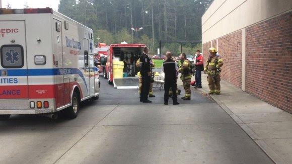 Equipe de emergência do Condado de Coos chega ao hospital.