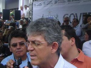 Ricardo diz que prédio faz parte de política de descentralização. (Foto: Taiguara Rangel/G1)