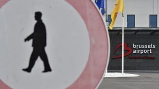 Un senyal de trànsit a l'aeroport internacional de Brussel·les, escenari d'un atac jihadista al març (Reuters)