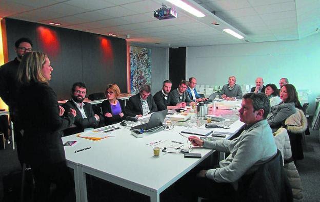 La delegación interinstitucional durante una de las reuniones mantenidas durante el viaje. /