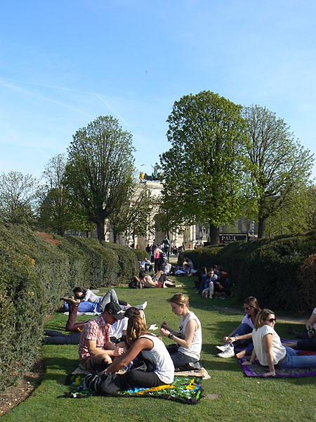 dans le labyrinthe des Tuileries.jpg