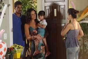 Juliana (Vanessa Gerbelli) volta com Bia (Bruna Faria) para casa Foto: TV Globo / Divulgação