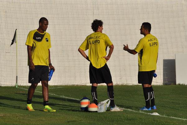 O zagueiro Leandro Amaro, e os meias Clebinho e Sandro, treinaram em separado do grupo e ficaram aprimorando a parte física